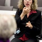 Gebärdensprachdolmetscherin während einer Sitzung im Deutschen Bundestag