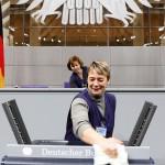Reinigungskraft im Plenarsaal, Reichstgsgebäude, Berlin